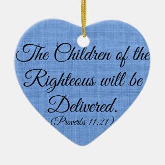 Verso de la biblia de los proverbios los niños del adorno navideño de cerámica en forma de corazón