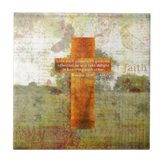 Verso de la biblia del 12:10 de los romanos sobre  azulejo cuadrado pequeño