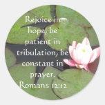 Verso de la biblia del 12:12 de los romanos sobre etiqueta redonda