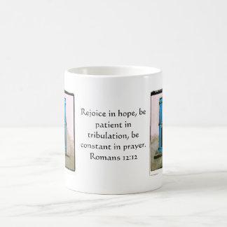 Verso de la biblia del 12:12 de los romanos sobre  taza básica blanca