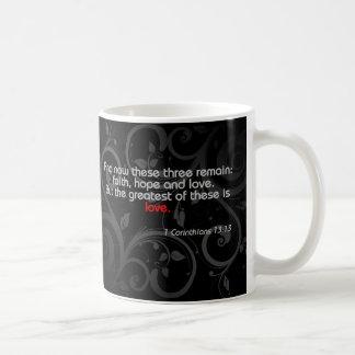 Verso de la biblia del amor negro rojo taza