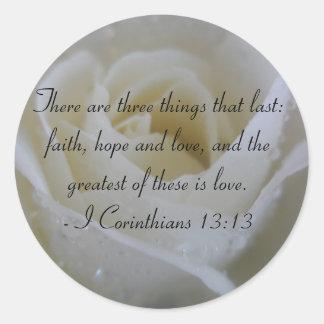 Verso de la biblia del rosa blanco de los pegatina redonda
