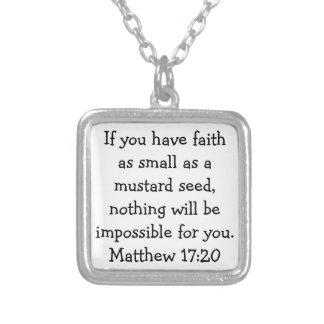 Verso de la biblia en el collar curativo