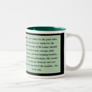 Verso inspirado del valor reservado taza de café de dos colores