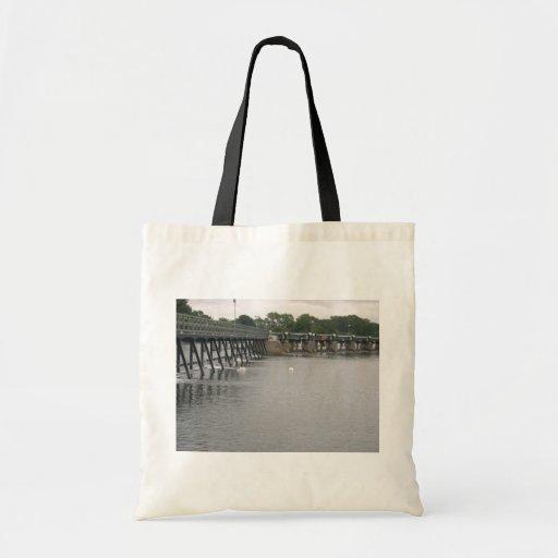 Vertedero con los cisnes, el río Támesis, Teddingt Bolsas De Mano