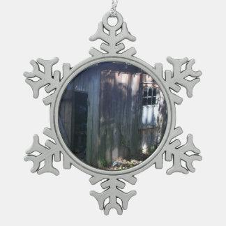 Vertiente del anexo del granero adorno de peltre en forma de copo de nieve
