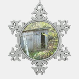 Vertiente rústica resistida adorno de peltre en forma de copo de nieve