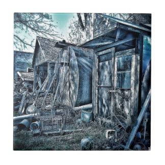 Vertientes viejas del junkyard, B&W rústico Azulejo Cuadrado Pequeño