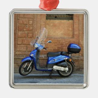 Vespa de motor azul por la pared roja, Siena, Adorno Navideño Cuadrado De Metal