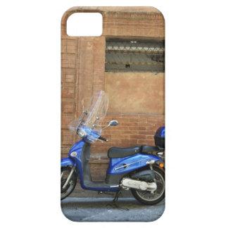 Vespa de motor azul por la pared roja, Siena, iPhone 5 Fundas