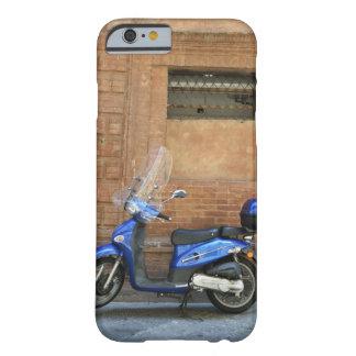 Vespa de motor azul por la pared roja, Siena, Funda Para iPhone 6 Barely There