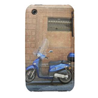 Vespa de motor azul por la pared roja, Siena, Case-Mate iPhone 3 Protector