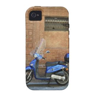 Vespa de motor azul por la pared roja, Siena, iPhone 4/4S Carcasa