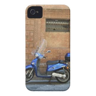 Vespa de motor azul por la pared roja, Siena, iPhone 4 Cobertura