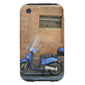 Vespa de motor azul por la pared roja, Siena, Tough iPhone 3 Funda