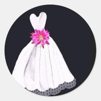 Vestido de boda con el ramo tropical rosado de la etiquetas redondas
