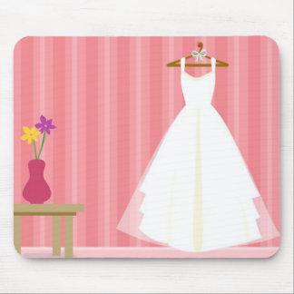 Vestido de boda retro de la raya rosada tapete de ratón