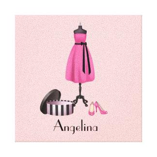 Vestido del rosa de las costuras en la forma con s impresión en lona