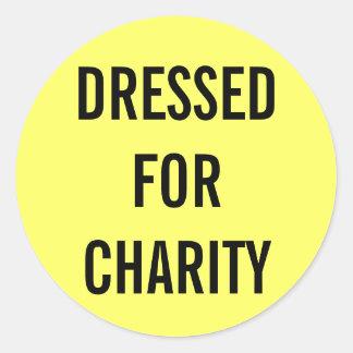 Vestido para el amarillo de la caridad pegatina redonda