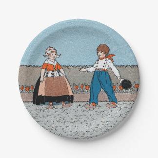 Vestido tradicional del pequeño muchacho holandés platos de papel