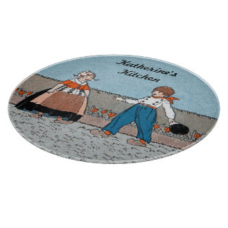 Vestido tradicional del pequeño muchacho holandés tablas para cortar