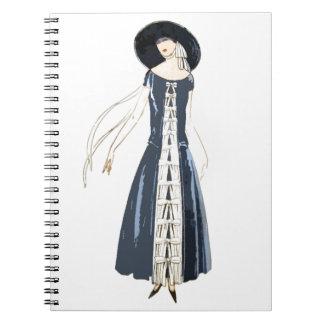 vestido y gorra de la moda de las mujeres de los a notebook