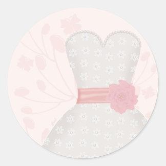 Vestido y mariposa de boda del cordón pegatina redonda