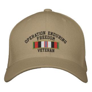 Veterano de la libertad de operación que aguanta gorra de beisbol