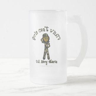 Veterano femenino oscuro de la marina de guerra taza de cristal