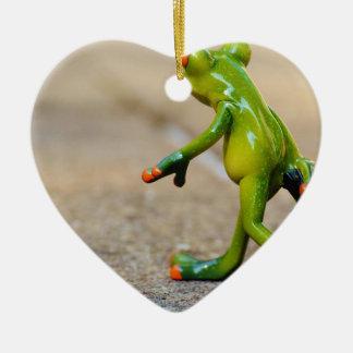 Viaje de la rana adorno navideño de cerámica en forma de corazón