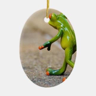 Viaje de la rana adorno navideño ovalado de cerámica