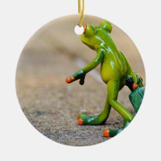 Viaje de la rana adorno navideño redondo de cerámica