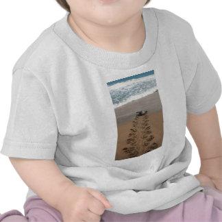 Viaje de la tortuga de Hawksbill Camisetas
