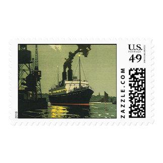 Viaje del vintage, barco de cruceros en un puerto estampilla