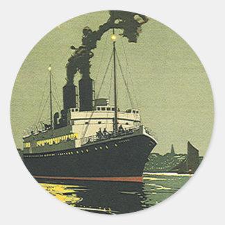Viaje del vintage, barco de cruceros en un puerto pegatina redonda