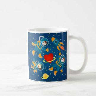 Viaje espacial del amor de los astronautas de los taza de café
