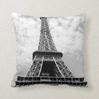 Viaje negro y blanco de París de la torre Eiffel Cojín