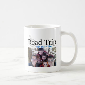 Viaje por carretera con la imagen del logotipo y d tazas de café
