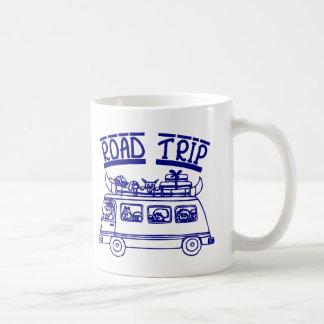 Viaje por carretera de las vacaciones taza de café