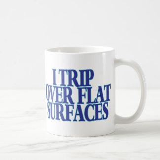Viaje sobre superficies planas taza básica blanca