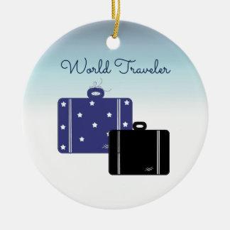 Viajero de mundo de las maletas adorno navideño redondo de cerámica