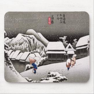 Viajeros en la nieve en la estación de Kanbara Tapetes De Raton