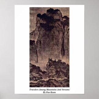 Viajeros entre las montañas y corrientes por la fa posters