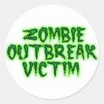 víctima del brote del zombi pegatinas redondas