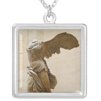Victoria coa alas de Samothrace Colgante Cuadrado