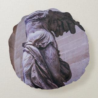 Victoria coa alas de Samothrace, Louvre, París Cojín Redondo
