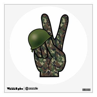 Victoria signo de la paz de la mano del camuflaje