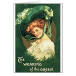 Victorian que lleva la tarjeta del día de St Patri