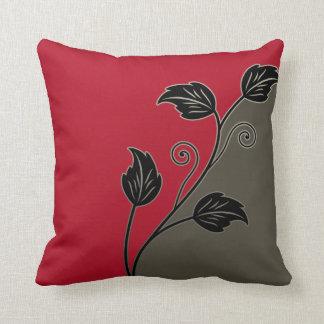 Vid floral frondosa negra de color topo roja almohada