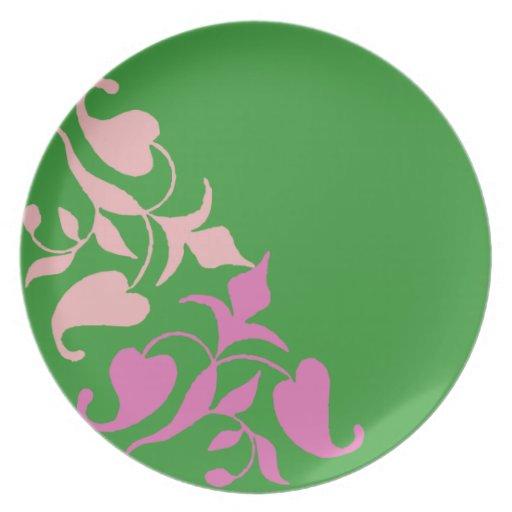 Vid rosada retra moderna en la placa de cena verde platos
